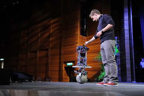 A labdán egyensúlyozó robot